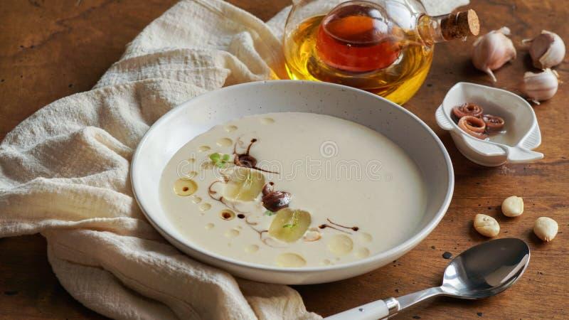 Σούπα σκόρδου με τα άσπρα σταφύλια, ajoblanco, ισπανικά τρόφιμα στοκ εικόνες με δικαίωμα ελεύθερης χρήσης