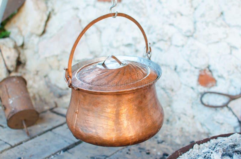 Σούπα στην παλαιά κατσαρόλα χαλκού στοκ φωτογραφία με δικαίωμα ελεύθερης χρήσης