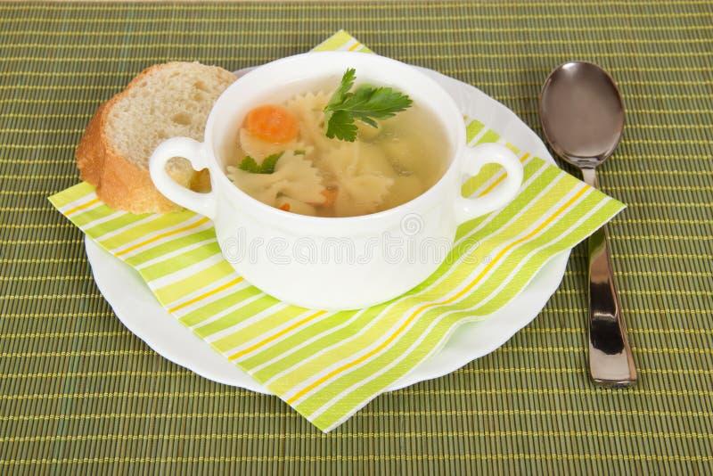 Σούπα στο άσπρα πιάτο και το ψωμί στοκ φωτογραφίες με δικαίωμα ελεύθερης χρήσης