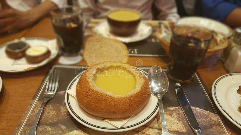 Σούπα στο ψωμί στοκ φωτογραφία