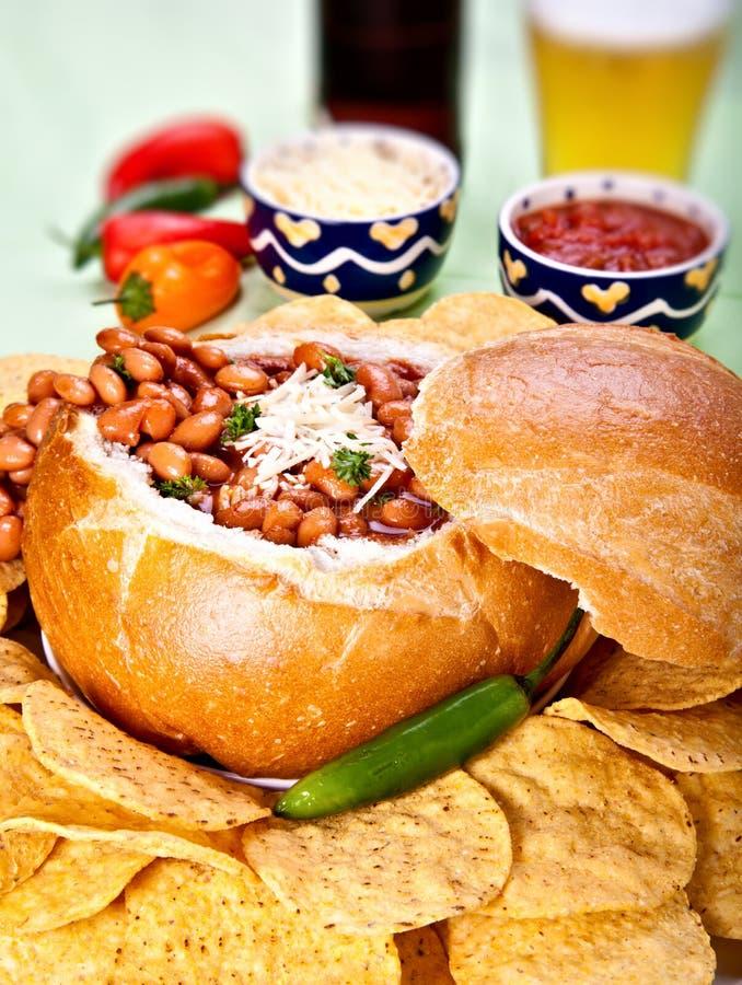 σούπα τσίλι ψωμιού κύπελλ&om στοκ φωτογραφίες