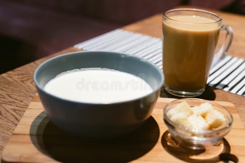 Σούπα τυριών σε μια καφετερία με τον καφέ στοκ εικόνες