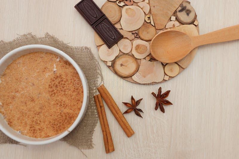 Σούπα φαγόπυρου γάλακτος που ψεκάζεται με το γλυκάνισο κανέλας και αστεριών στον πίνακα στοκ εικόνες