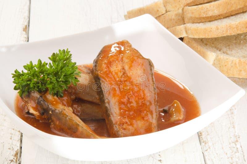 Σούπα ψαριών σε ένα κύπελλο και ένα ψωμί στοκ εικόνες