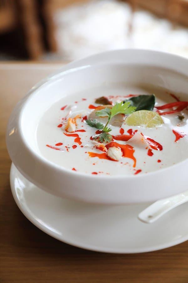 Σούπα gai kha του Tom, ταϊλανδική σούπα σούπας καρύδων πικάντικη και ξινή καυτή με το γάλα καρύδων στις ταϊλανδικές κουζίνες στοκ φωτογραφίες με δικαίωμα ελεύθερης χρήσης