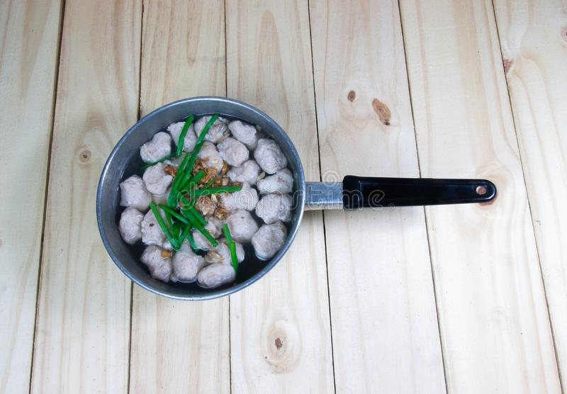 Σούπα Mindly με τη σφαίρα χοιρινού κρέατος στο ξύλινο υπόβαθρο στοκ εικόνα