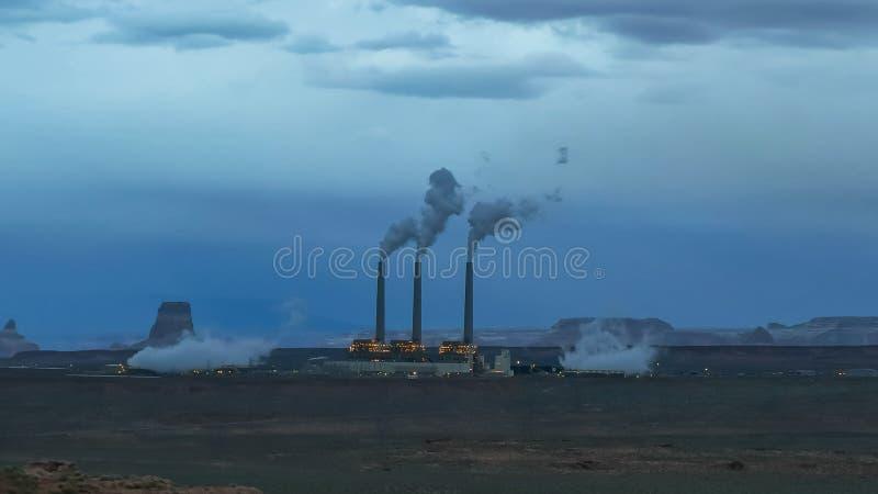 Σούρουπο που πυροβολείται του θερμικού σταθμού παραγωγής ηλεκτρικού ρεύματος Ναβάχο στη σελίδα, AZ στοκ φωτογραφία