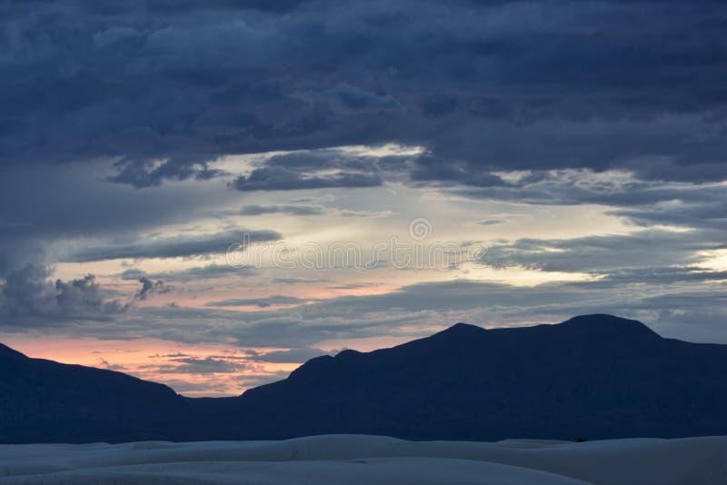 Σούρουπο στο άσπρο εθνικό μνημείο άμμων στο Νέο Μεξικό στοκ φωτογραφίες με δικαίωμα ελεύθερης χρήσης