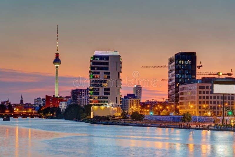 Σούρουπο στο ξεφάντωμα ποταμών στο Βερολίνο στοκ εικόνες
