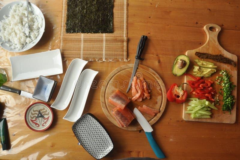 Σούσια Εύγευστο γεύμα με τα ψάρια, ρύζι και συμπληρώματα, που προετοιμάζονται στο σπίτι στοκ φωτογραφίες