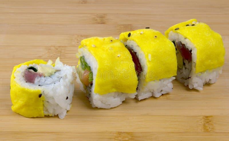 Σούσια με τον τόνο και τα ανακατωμένα αυγά στοκ φωτογραφία με δικαίωμα ελεύθερης χρήσης