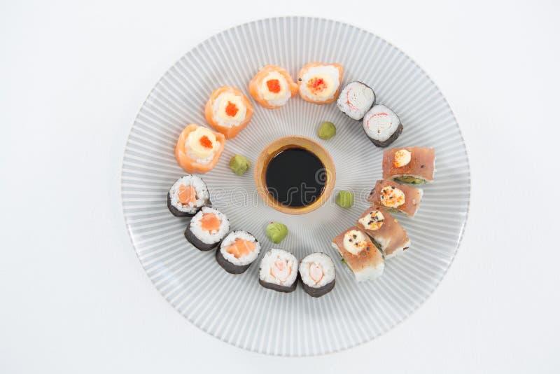 Σούσια που εξυπηρετούνται διάφορα στο πιάτο στοκ φωτογραφία με δικαίωμα ελεύθερης χρήσης