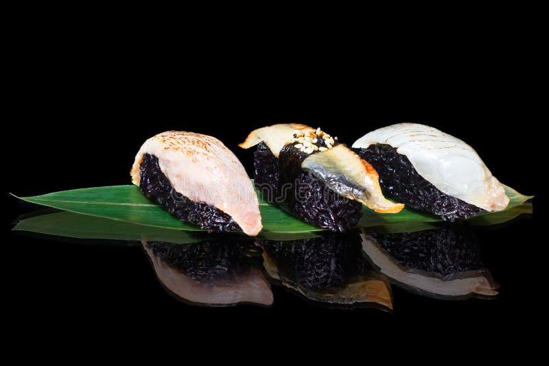 Σούσια που μαγειρεύονται από το μαύρο ρύζι στοκ εικόνα