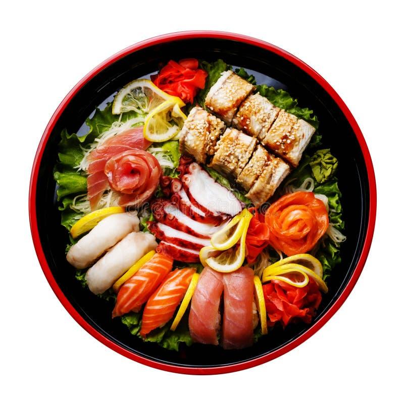 Σούσια που τίθενται σε μαύρο Sushioke γύρω από το πιάτο που απομονώνεται στοκ φωτογραφία με δικαίωμα ελεύθερης χρήσης