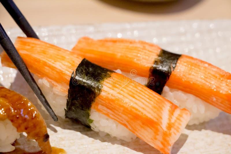 Σούσια ραβδιών καβουριών, σούσια Kanikama με chopsticks στοκ εικόνα με δικαίωμα ελεύθερης χρήσης