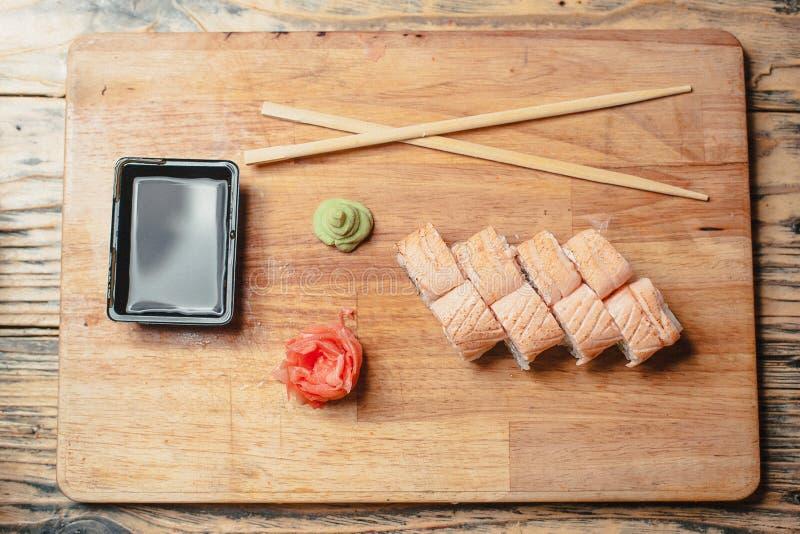σούσια σε έναν ξύλινο πίνακα με ένα ψάρι 2 στοκ φωτογραφία