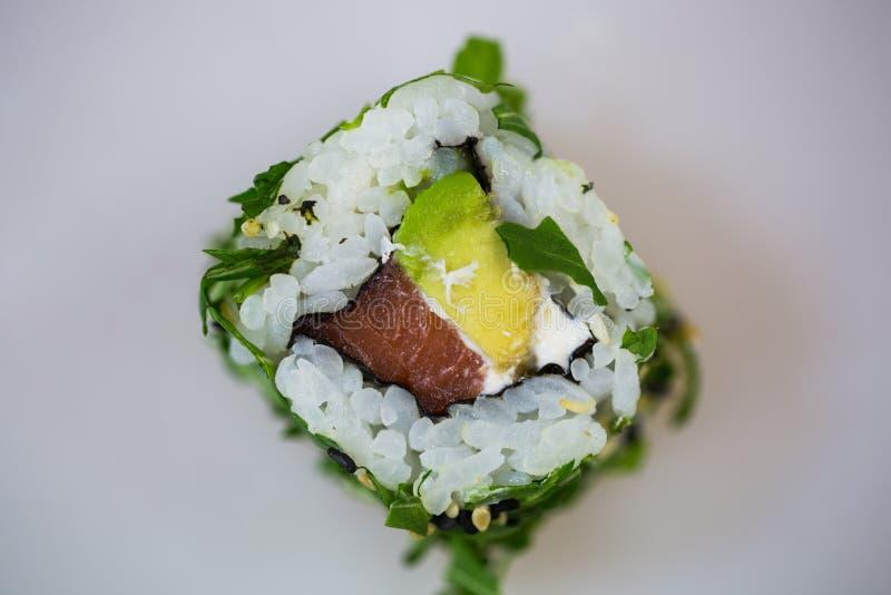 Σούσια στο πιάτο πορσελάνης, ρόλος Καλιφόρνιας, με chopsticks στοκ φωτογραφία με δικαίωμα ελεύθερης χρήσης