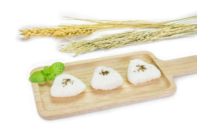 Σούσια, σφαίρα ρυζιού με τον τεμαχισμό του φραγμού στο άσπρο υπόβαθρο στοκ φωτογραφία