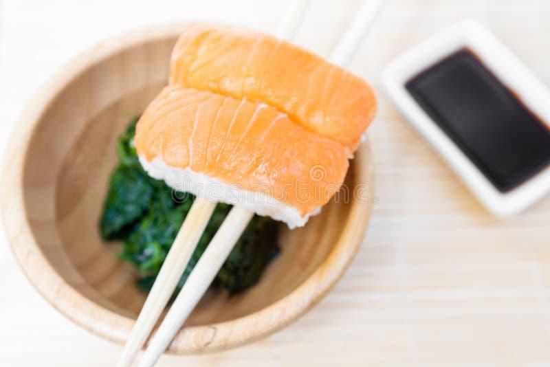 Σούσια, χαρακτηριστικά ιαπωνικά τρόφιμα που προετοιμάζονται με μια βάση του ρυζιού και διάφορα ακατέργαστα ψάρια στοκ φωτογραφία με δικαίωμα ελεύθερης χρήσης