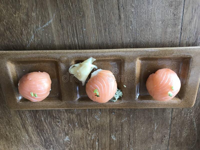 Σούσια Temari σολομών, ιαπωνικά σφαίρα-διαμορφωμένα κουζίνες σούσια στοκ εικόνες