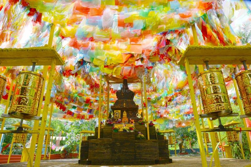 Σούτρα στις πολύχρωμες σημαίες στον εορτασμό του Βουδισμού στοκ φωτογραφία με δικαίωμα ελεύθερης χρήσης