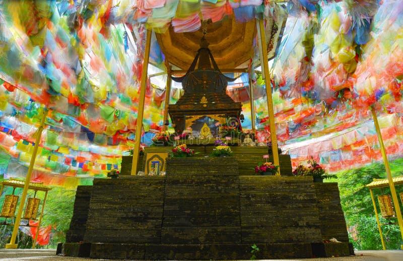 Σούτρα στις πολύχρωμες σημαίες στον εορτασμό του Βουδισμού στοκ φωτογραφίες με δικαίωμα ελεύθερης χρήσης