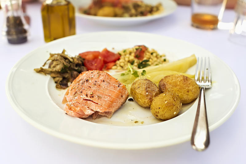 Σολομός με τις πατάτες και σαλάτα στο σουηδικό εστιατόριο στοκ φωτογραφία με δικαίωμα ελεύθερης χρήσης
