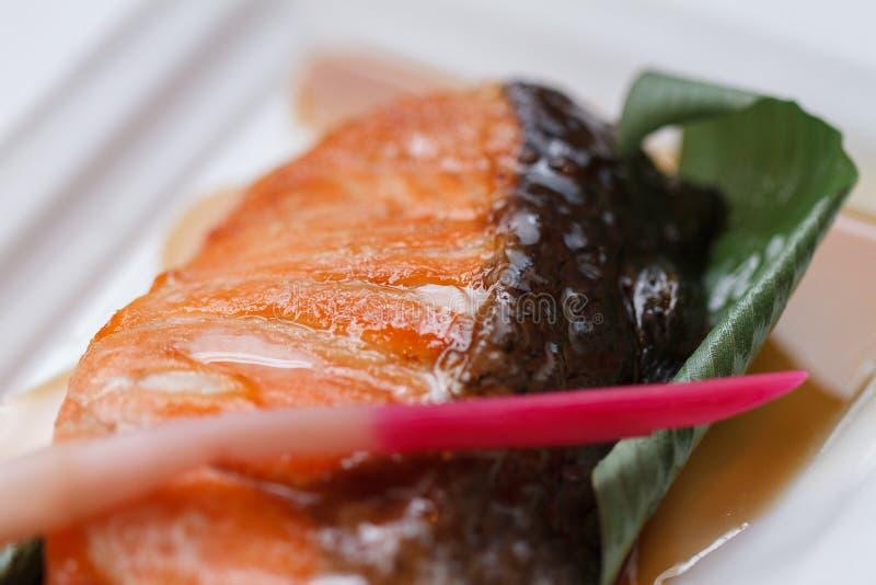 Σολομός Teriyaki: Τηγανισμένος μαριναρισμένος σολομός με τη σάλτσα Teriyaki στοκ φωτογραφίες με δικαίωμα ελεύθερης χρήσης