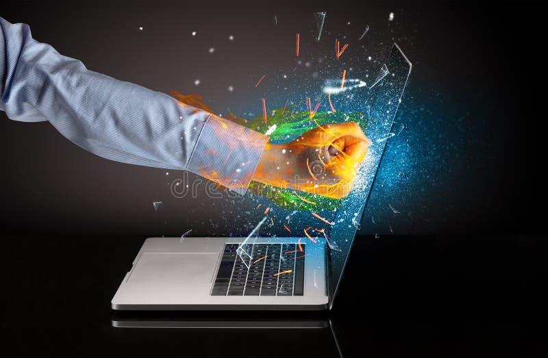 Σπάζοντας γυαλί οθόνης lap-top χεριών πυρκαγιών στοκ εικόνα με δικαίωμα ελεύθερης χρήσης