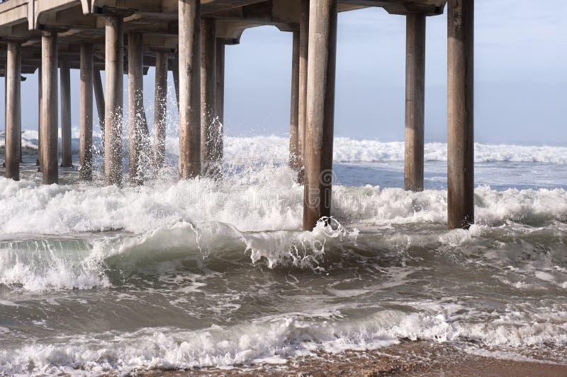 Σπάζοντας κύματα στην παραλία στοκ εικόνες