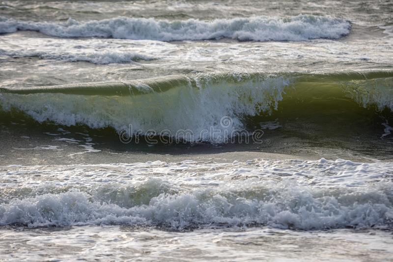 Σπάζοντας κύματα στη θάλασσα Επικίνδυνα κύματα ωκεανού με αφρό να καταρρέει κοντά στην παραλία, επερχόμενη παλίρροια στοκ φωτογραφία