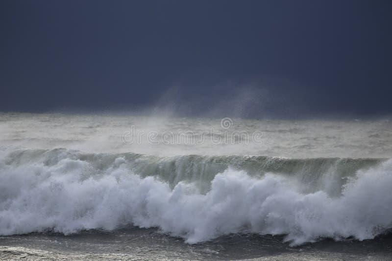 Σπάζοντας κύμα πριν από τη θύελλα στοκ εικόνα