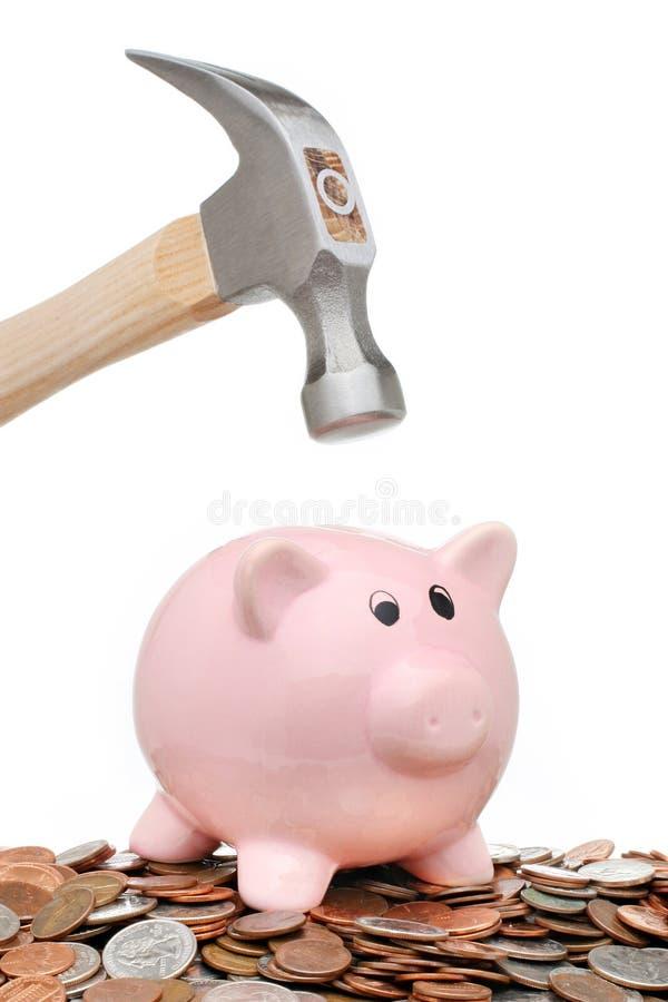 σπάζοντας σφυρί τραπεζών piggy στοκ φωτογραφία με δικαίωμα ελεύθερης χρήσης