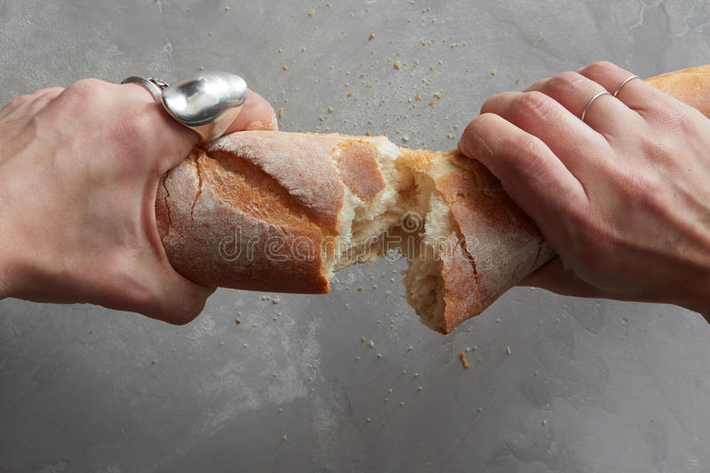 Σπάζοντας ψωμί χεριών στοκ φωτογραφία