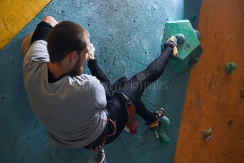 Σπάνια άποψη του ισχυρού ορεσιβίου που αναρριχείται στον τεχνητό τοίχο βράχου στοκ φωτογραφία με δικαίωμα ελεύθερης χρήσης