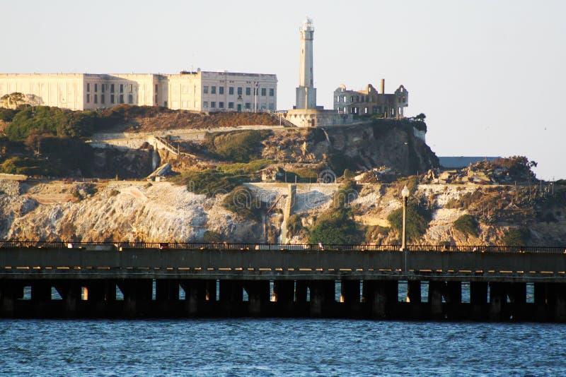 Σπάνια άποψη του νησιού Alcatraz πίσω από μια αποβάθρα στοκ εικόνες με δικαίωμα ελεύθερης χρήσης