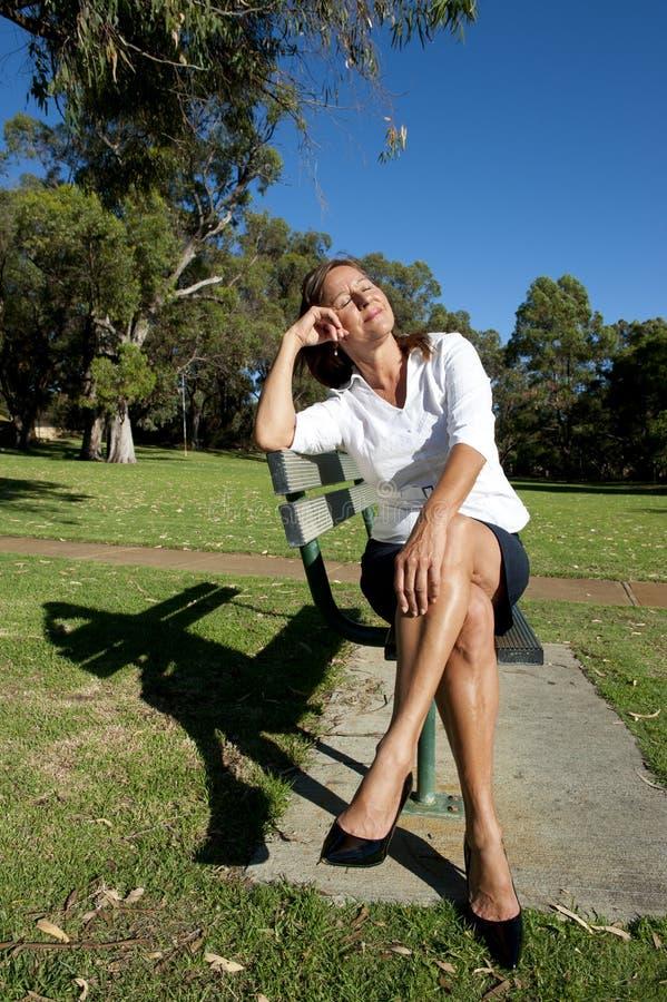 Σπάσιμο επιχειρησιακών γυναικών στο πάρκο στοκ εικόνες