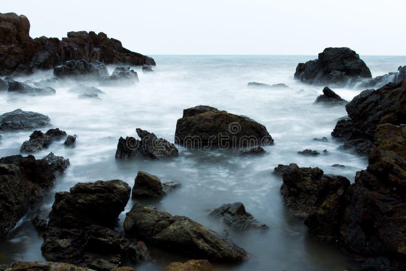 Σπάσιμο κυμάτων στο βράχο στοκ φωτογραφία με δικαίωμα ελεύθερης χρήσης