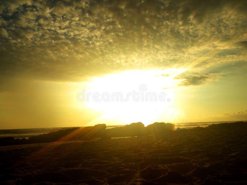 Σπάσιμο μέσω των σύννεφων στοκ φωτογραφία