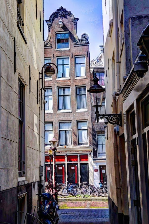 Σπίτια Άμστερνταμ Achterburgwal Chanal Ouderzijdse την άνοιξη στοκ εικόνα