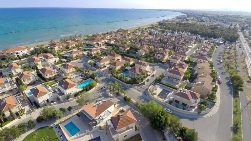 Σπίτια εξοχικών σπιτιών ελίτ κατά μήκος της ακτής της Κύπρου, εναέρια άποψη όμορφο seascape στοκ εικόνες με δικαίωμα ελεύθερης χρήσης