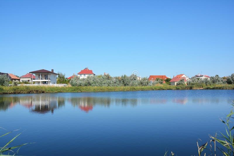 Σπίτια εξοχικών σπιτιών στην τράπεζα λιμνών με την όμορφη άποψη στοκ φωτογραφία με δικαίωμα ελεύθερης χρήσης