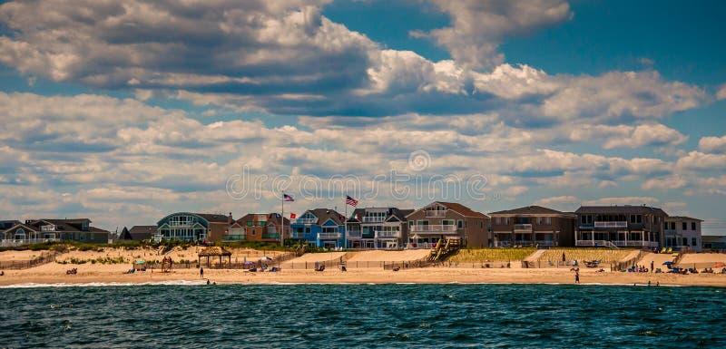 Σπίτια και άνθρωποι παραλιών στην παραλία στο σημείο ευχάριστο, νέο Jers στοκ εικόνες