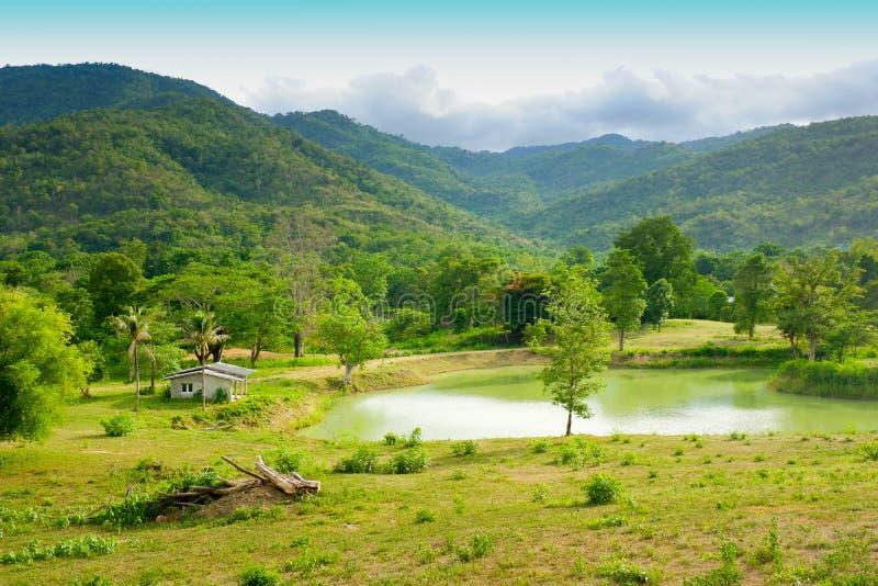 Σπίτια και λίμνες που περιβάλλονται από τα βουνά και τον ουρανό στοκ φωτογραφία με δικαίωμα ελεύθερης χρήσης
