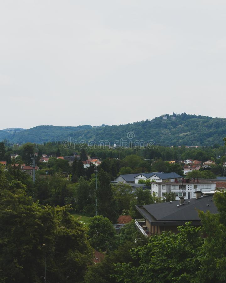 Σπίτια και βουνά στο Πάου, Γαλλία στοκ εικόνες με δικαίωμα ελεύθερης χρήσης