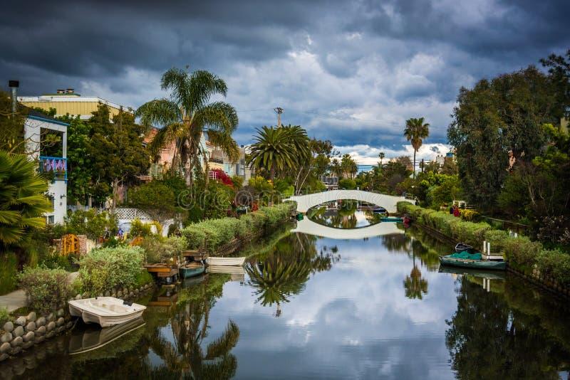 Σπίτια και γέφυρα κατά μήκος ενός καναλιού στην παραλία της Βενετίας, Λος Άντζελες, ασβέστιο στοκ εικόνες