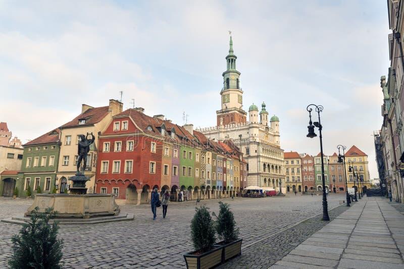 Σπίτια και Δημαρχείο στο παλαιό τετράγωνο αγοράς, Πόζναν, Πολωνία στοκ φωτογραφία με δικαίωμα ελεύθερης χρήσης
