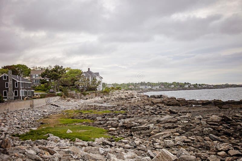 Σπίτια κατά μήκος της δύσκολης ακτής του Μαίην κοντά στο Πόρτλαντ στοκ εικόνα με δικαίωμα ελεύθερης χρήσης