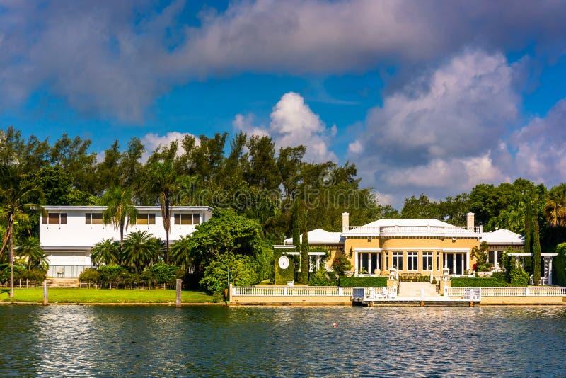 Σπίτια κατά μήκος του καναλιού Collins, στο Μαϊάμι Μπιτς, Φλώριδα στοκ φωτογραφίες με δικαίωμα ελεύθερης χρήσης