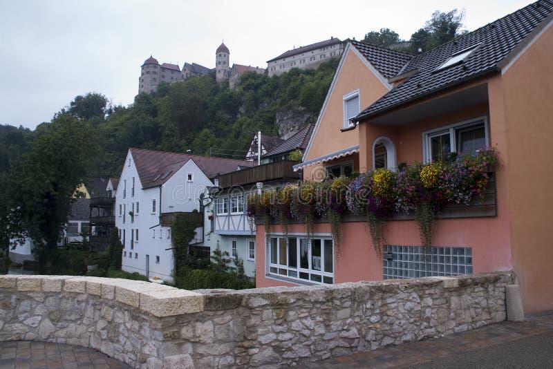 Σπίτια κατά μήκος του ποταμού με το κάστρο στο υπόβαθρο στοκ φωτογραφία με δικαίωμα ελεύθερης χρήσης